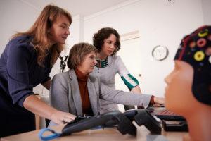 Специалисты лаборатории СМАРТСЛАБ обсуждают результаты нейромаркетингового исследования